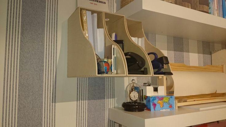 Onze nieuwe logeerkamer! Houten Ikea Knuff lectuurbak met de onderkant opgehangen aan de muur als postvakjes. Rechts daarvan Ikea Måla opberger met rol tekenpapier.