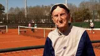 TENNIS NEWS : ARTYN ELMAYAN COMPIE 100 ANNI ! SMETTERE DI GIOCARE A TENNIS ? NON CI PENSO PROPRIO ! Artyn Elmayan é un signore che ha appena compiuto 100 anni e questa potrebbe essere già una notizia, ma quello che più sorprende, é che non vuole saperne di appendere la racchetta... #tennis #grandslam #artyn #elmayan
