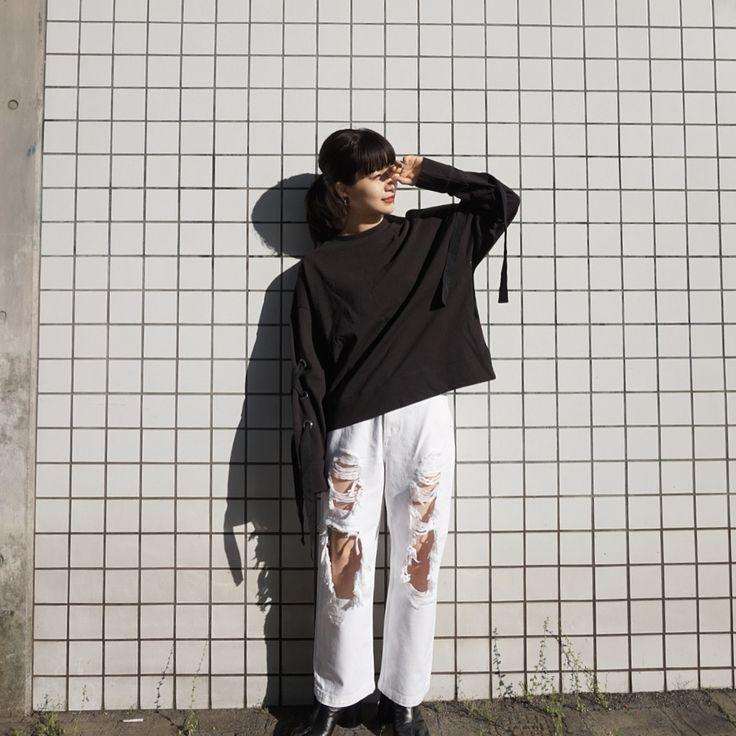 ちょっと肌見せが苦手な人向けのコーデ^^ 大胆なダメージ加工の白デニムに、黒いトップスでバランスをとりました。    バイヤー:kurumi nakamura