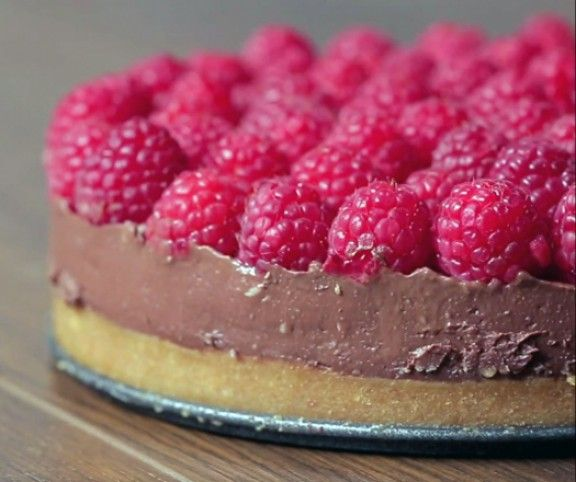 A sütés nélküli tortákat a készítőik és a fogyasztóik is imádják, előbbiek leginkább azért, mert nagyon kevés munkát igényelnek. Íme egy szuper málnás változat keksz alappal és kesudiós krémmel, mellyel nagy sikert arathatsz!