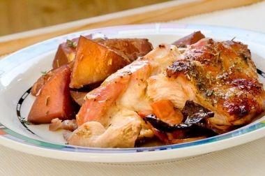 Pulpa de curcan la cuptor / rozmarin , 1 pahar de vin alb, 3 catei de usturoi (sau sare de usturoi), 7-800 gr carne de curcan (o pulpa superioara), 200 gr bacon, sare, piper