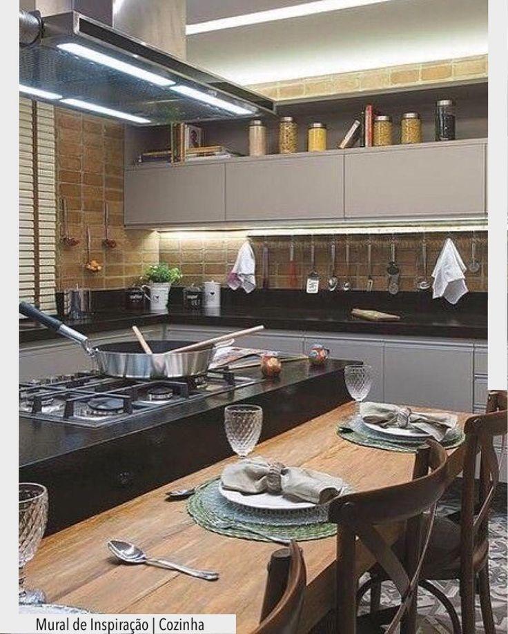 A cozinha com fogão em ilha é uma ótima opção para quem gosta de cozinhar cercado pela família ou amigos. Destaque para o porcelanato representando tijolinho. Ad Pinterest/ arqdecoracao @arquiteturadecoracao @acstudio.arquitetura #arquiteturadecoracao #olioliteam #instagrambrasil #decor #arquitetura #adcozinna #tijolinho #cozinha #fogaoilha