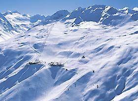 """SKIURLAUB SÖLDEN - der auf 1377 m liegende Ort Sölden bietet die besten Vorraussetzungen für einen perfekten Winterurlaub - das imposante Skigebiet direkt vor der Haustür, herrliche Berglandschaften, unbegrenzte Freizeitmöglichkeiten und Party pur!  Huben und Längenfeld sind preiswerte Unterkunftsalternativen zu Sölden, nur ca. 10-15 Autominuten (oder kostenloser Skibus) entfernt. Hier kann man preiswert wohnen, zum """"richtigen"""" Feiern geht´s dann nach Sölden."""