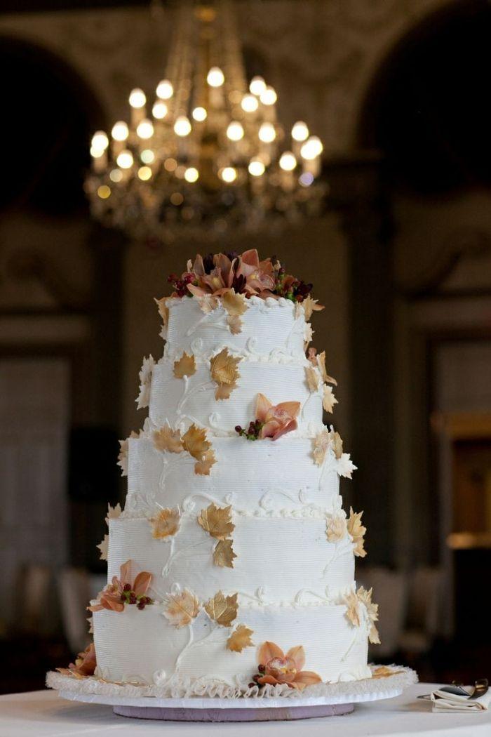 5-Stufen-Hochzeitstorte mit weißem Fondant und Blätter-Verzierung