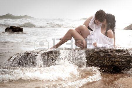 Pareja joven sexy besar abrazo rom ntico rocas del oc ano playa Foto de archivo