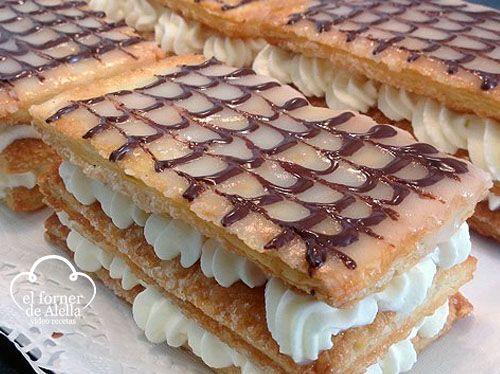 ¿te gustaría preparar un milhojas de nata? Pues aquí en el Forner de Alella te mostramos cómo preparar estas placas de hojaldre con nata, buenísimas.