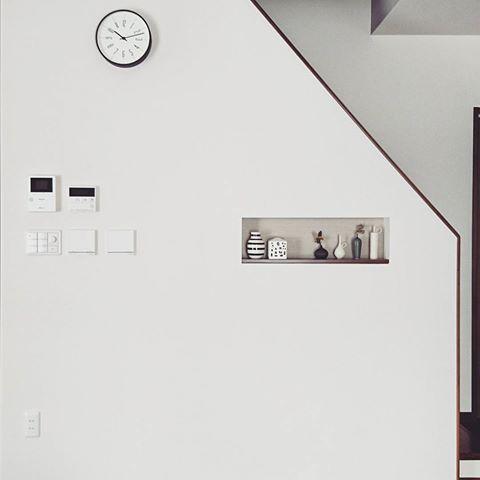 #マイホーム記録 * ようやく壁に穴を開けました。。いや、壁掛け時計を設置しました。。 * 以前postしてからなかなか位置が決められず。。💦 * スイッチ類がゴチャついてるのは気になるが、やっぱあるといいな掛け時計🕑👍 * * #マイホーム記録 #マイホーム #インテリア #リビング #リビング階段 #掛け時計 #時計 #時計台の時計 #レムノス #lemnos #シンプル #シンプルインテリア #モダン #モダンインテリア #ニッチ #飾り棚 #花器 #ケーラー #オマジオ #アーバニア #北欧雑貨 #北欧インテリア #和田麻美子 #myhome #simple #simpleinterior #modern #interior #wallclock