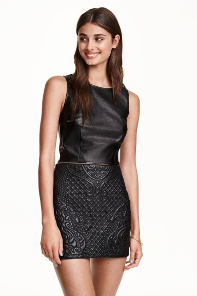 Quilted skirt: Short skirt in imitation leather with a quilted front and concealed zip at the back. Unlined.