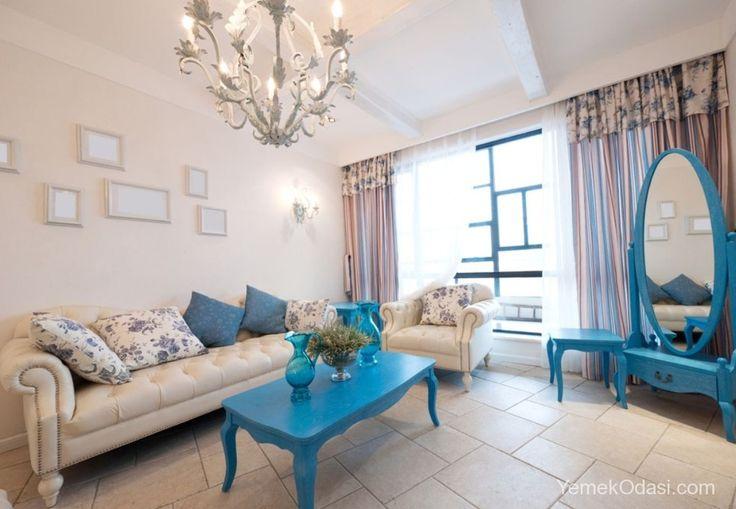 Mavi Ev Dekorasyonu Her zaman huzur veren bir renk olarak dikkat çeken mavi şimdilerde ev dekorasyonunun vazgeçilmez trendleri arasında yer alıyor. Evinizin her bölgesinde tercih edebileceğiniz mavi ev dekorasyonunda sizlere farklı fikir ve öneriler sunmak istiyoruz.    Küçük bir oturma odasının mavi ve beyaz renk https://www.yemekodasi.com/mavi-ev-dekorasyonu/  #MaviEvDekorasyonu, #MaviEvDekorasyonuFikirleri, #MaviEvDekorasyonuÖrnekleri