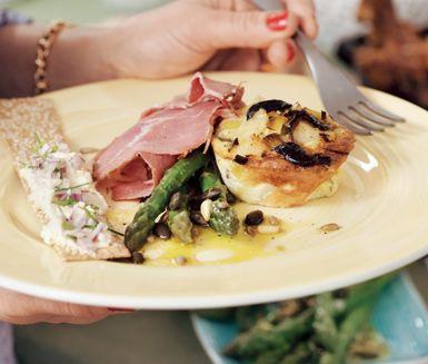 Ett tjusigt recept på matiga fritatamuffins med fetaost och oliver som passar utmärkt att servera som antingen förrätt eller huvudrätt. Du fyller de smakrika matmuffinsarna med bland annat purjo, vitlök, oliver och feta. Otroligt gott!