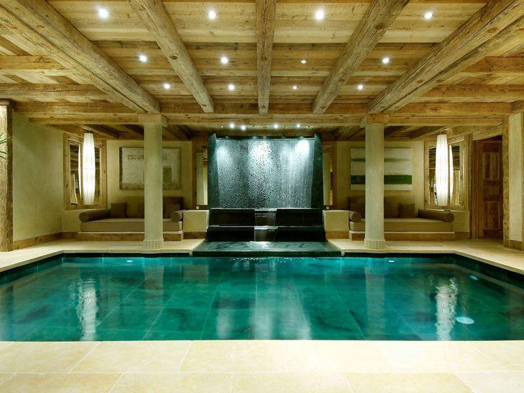 Прекрасный образец дизайна интерьера бассейна с водопадом и каменными колоннами