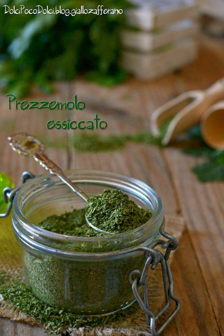 #PREZZEMOLO in polvere #FATTOinCASA utilissimo in #cucina #recipes #food #  http://blog.giallozafferano.it/dolcipocodolci/prezzemolo-essiccato-allaperto/ #sottovetro #conserve