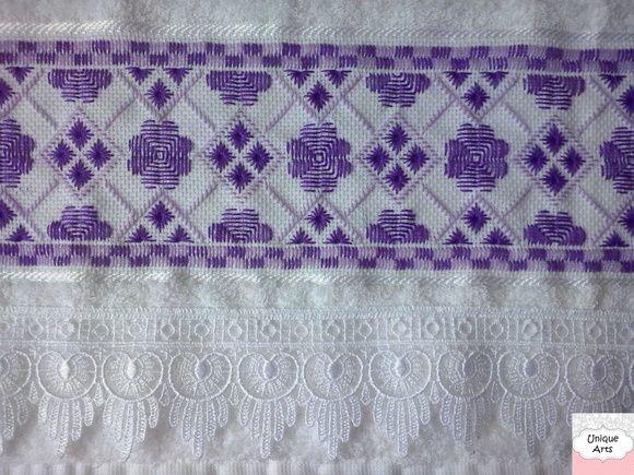 Toalha de lavabo com bordado em ponto reto e acabamento em renda guipir