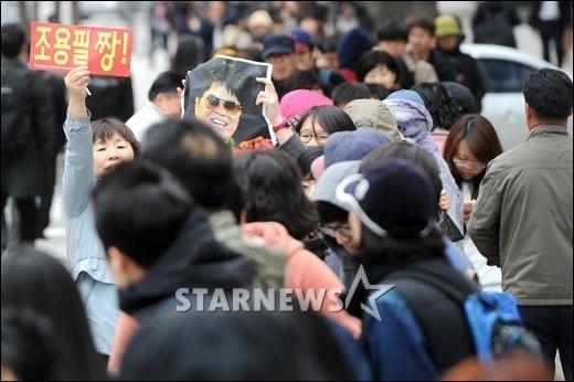 """조용필, 19집 발매일..수백명 장사진 """"새벽 1시부터 줄섰다"""" : 네이버 뉴스"""