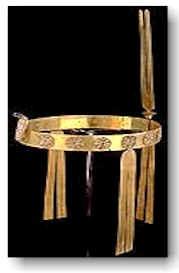 Diadema de Sat-Hathor-Yunet, dinastía 12, echo en oro, carnelian y lapislázuli. La diadema tiene la forma de una bando plana delgadda elaborada en oro.