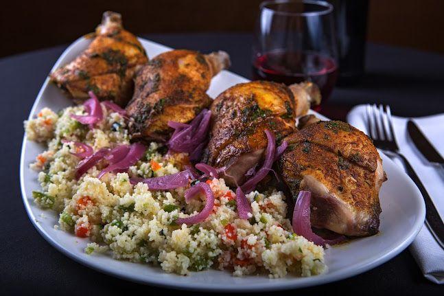 Pollo marroquí con cuscús y cebolla morada encurtida