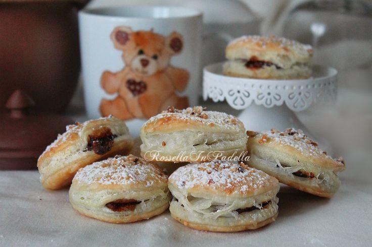Tortelli dolci allanutella, dolce facile e veloce Un dolce veloce e facilissimo. Con l'aiuto di un rotolo di pasta sfoglia già pronta è possibile, in poch