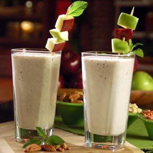 licuado de manzana y bananas Ingredientes: 1/3 de taza de zumo de manzana 1/2 taza de tofu suave 1 banana picado 1/2 vaso de yogurt de fresas 1 cta. de miel de abeja hielos (opcional) Preparación: Es muy sencillo sólo tienes que meter todos los ingredientes a la licuadora junto con el hielo y servir. Este licuado debe consumirse una vez a la semana y de preferencia por las mañanas.