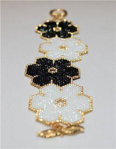 Beautiful seed bead bracelet. No english instructions.