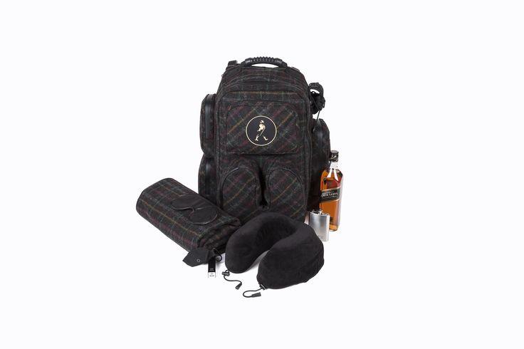 Yeah! Yeah! Yeah! Endlich können wir euch die Arbeit monatelanger Design-Mühen präsentieren: einen ultra-funktionalen, brutal-modernen Mega-Rucksack für echte Männer, kernige Typen, krasse Traveller und wahre Dandys. Unser Rucksack beinhaltet ungelogen ALLES, was man als vielreisender, extrem stilvoller Mann eben so braucht im Reisegepäck: Nackenkissen, Decke, Whisky-Flasche, Laptop-Tasche, Handy-Halterung, Klingelbeutel, Schlafmaske, Akku-Ladegerät, Namensschild, tausende multifunktionale…