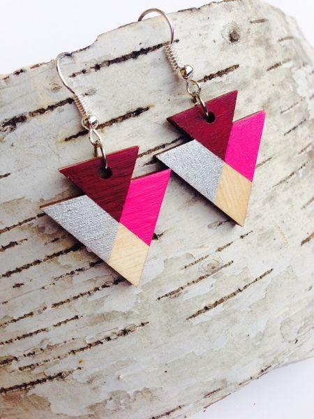 Ohrringe/ Ohrhänger aus Holz dreieckig pink silber von FLAMINGOCAT auf DaWanda.com