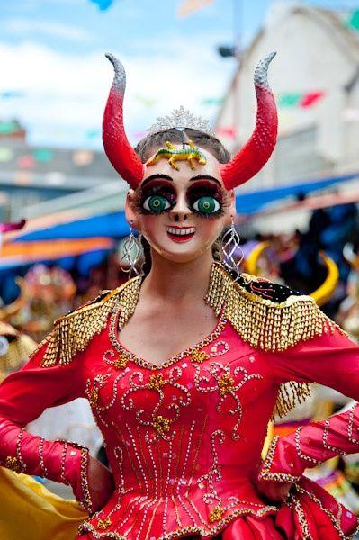 Muchas personas visten como diablos. Sus trajes son muy elaborados. China Supay, la esposa del diablo, baila para el Arcángel Michael.