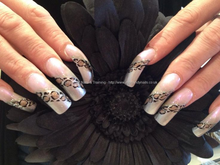 Freehand nail art leopard stripe on taupe background