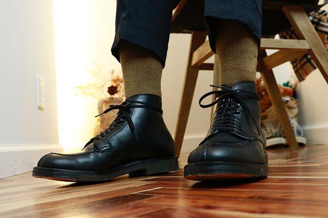 2017/12/02 13:23:04 stem_hair_salon 1ヶ月前から何の靴を買えばいいかちょいちょい相談されていたお客様がオールデンのタンカーを購入し来店されました。 髪をカットし、靴の手入れ方法をレクチャーし、オールデンと水沢ダウンに合うパンツを購入。 かっこよかったので写真をパチリ。  しかも靴下はうちのコヨーテですね。  メンズのスタイリングの基本は靴、パンツでしょう。  #alden#オールデン#ブーツ#靴#ファッション#スタイリング#コーディネート