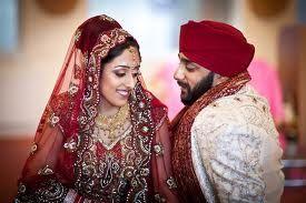 """Gurus Sikhs definiram o casamento com uma mulher só e ensinaram que tanto homens quanto mulheres precisam praticar a fidelidade conjugal. Os Gurus são a favor e pregam em se ter apenas uma esposa. Guru Amar Das Ji, o terceiro Guru escreveu: """"Somente aqueles que são realmente casados tem um único espírito em dois corpos."""""""