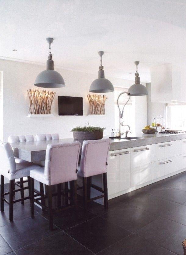Interieurideeën | Fantastische mooie eiland keuken met frezoli hanglampen en... Door emiel01