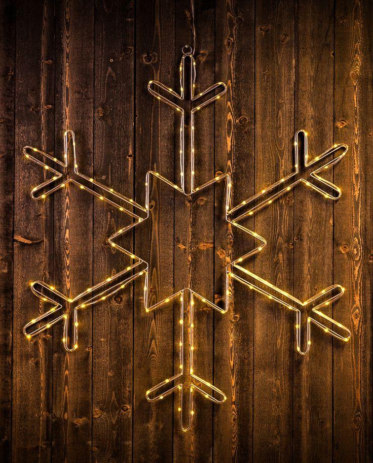 En dekorativ LED silhuett i form av et stort, vakkert snøflak. Silhuetten kan brukes både ute og inne, og den passer like godt til bruk på hus eller garasjevegg som over sofaen eller ved trappa.