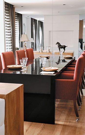 A sala projetada pela arquiteta Ana Maria Vieira Santos tem medidas enxutas, mas nem parece! Isso porque a mesa de jantar fica encostada em ...