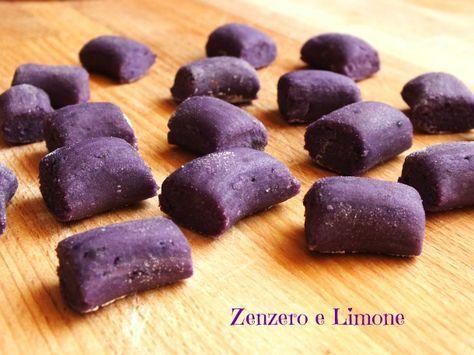 I gnocchi viola si preparano con una varietà di patate chiamate Vitelotte. Sono piccole e allungate e presentano una polpa interamente viola.