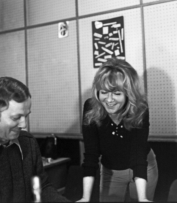 Warszawa 08.05.1974 r. Polskie Radio, studio na ulicy Myśliwieckiej, z prawej Maria Czubaszek.