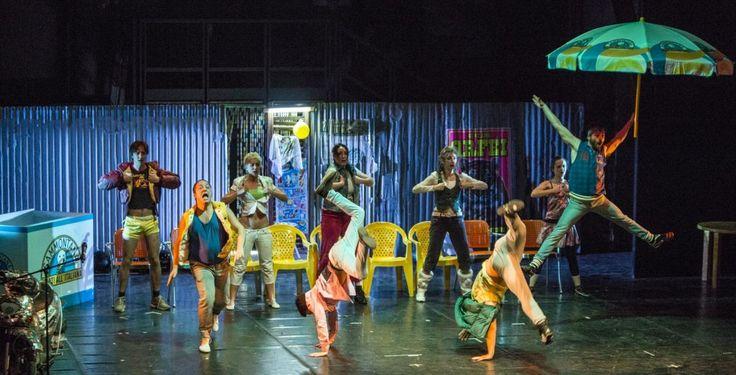 Giovedì 24 luglio ore 20.00, Teatro Ristori TRENOFERMO A-KATZELMACHER compagnia nO (Dance First. Think Later)  Fotografie da un'Italia a sud del mondo. Storie di branco, di motorini, legnate, adolescenti cullati da mamme parrucchiere e padri assenti. Sogni facili, vite vere.