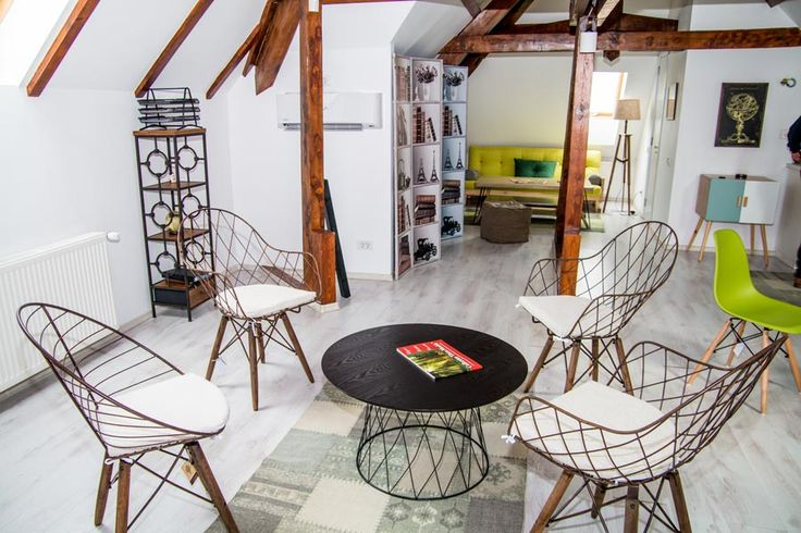 Patru scaune retro Duesenberg - o reuniune cu stil la mansarda Vilei Retro.