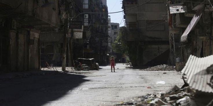 Gencatan Senjata Diberlakukan di Ghouta Timur Suriah  Seorang anak berdiri tengah jalan yang rusak di Ain Tarma Ghouta Timur Damaskus Suriah. (Sumber Foto: Reuters)  SALAM-ONLINE: Gencatan senjata diberlakukan di wilayah Ghouta Timur benteng pertahanan kelompok pejuang oposisi di dekat Damaskus Suriah mulai Ahad (5/3) tengah malam hingga 20 Maret kata Kementerian Pertahanan Rusia.  Rezim tenang sudah diberlakukan mulai pukul 00.01 pada 6 Maret hingga 23.59 pada 20 Maret (waktu Damaskus) di…
