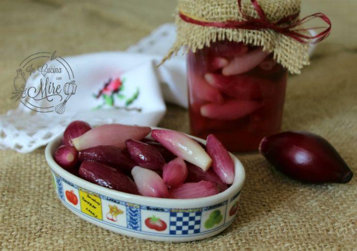 Le cipolline di Tropea in agrodolce sono un vero piatto tipico della Calabria. Servono le cipolle piccole di scarto che non si vendono perché piccole.