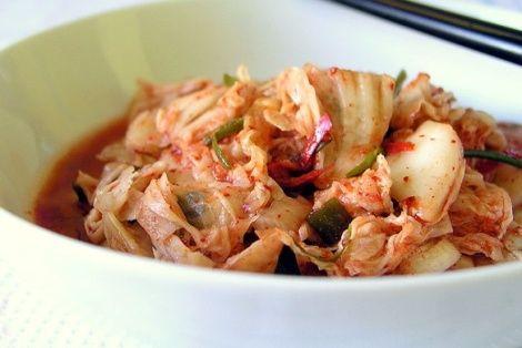 KimChi to tradycyjna koreańska potrawa, przygotowywana z kapusty pekińskiej, płatków chilli, która następnie jest kiszona. Jest to jedna z najbardziej popularnych potraw koreańskich, znana na całym świecie. Kapusta KimChi to podstawowy składnik diety kore