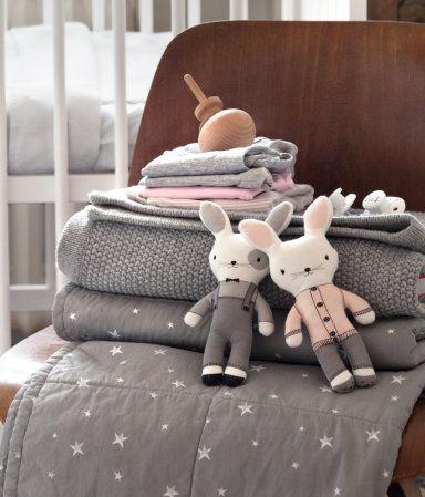 La firma sueca de ropa y accesorios H, en la que encontrarás una amplia variedad de prendas de moda para mujer, hombre, jóvenes y niños, ha incluido una colección de textiles para el hogar destinada a los más pequeños de la casa.