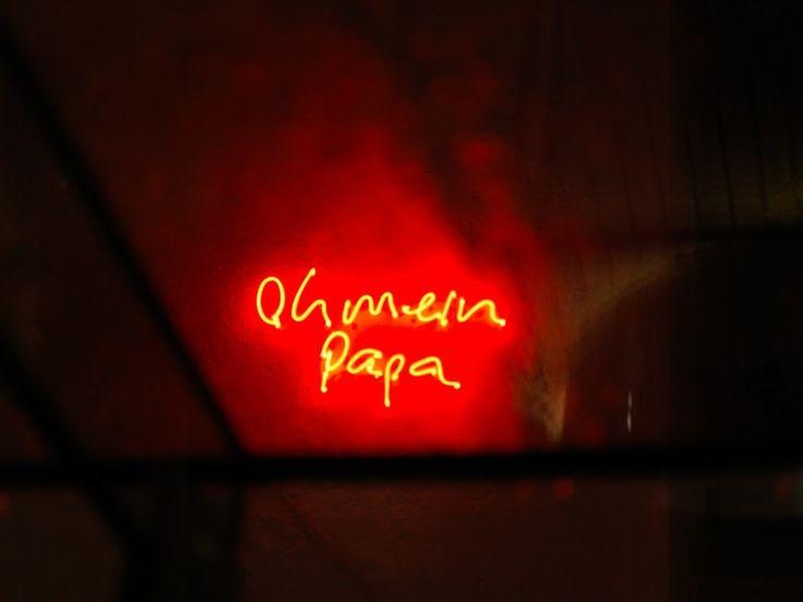 Oh mein Papa. Leuchtobjekt von Lori Hersberger, arthotel Blaue Gans, Salzburg. www.blauegans.at