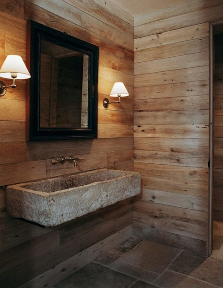 Badkamer landelijk ingericht  houten wanden  stenen wastafel  warm ...