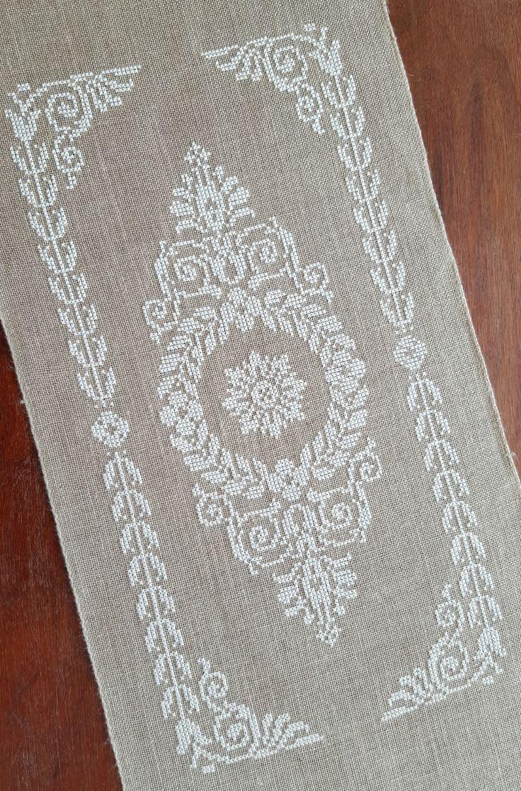 Le petit dernier fraichement fini grille trouvée sur ce site ICI Modèle :Tantes Zolders Bande de lin / fil blanc