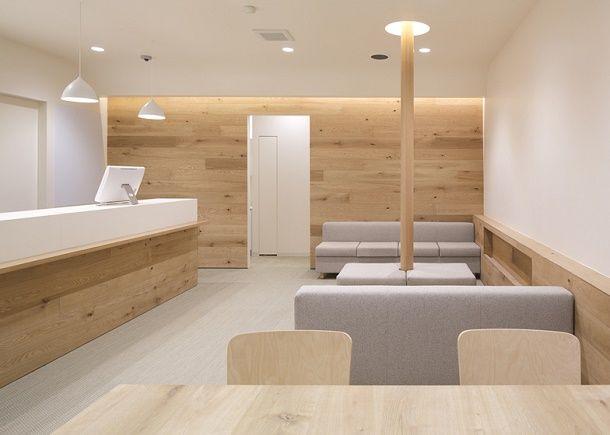 清潔感があって、機能的。薬局のイメージって、そんな風かもしれません。 そこにぬくもりが加わったのが、山梨県を主に店舗を構える富士薬局が東京の大森にオープンしたカフェのような調剤薬局。 小川都市建築事務所が手掛けたのだそうです。 白と木の色が明るく、爽やか。 薬局を訪れた多くの方が座ることができるようにと配慮した設計とな...