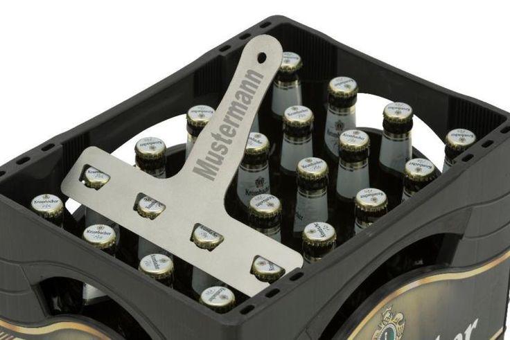 """Mit unserem einzigartigen Flaschenöffner kannst Du schnell und einfach 4 frische Bier direkt im Kasten (hier für 0,33l Flaschen) öffnen!Der """"Großraum-Flaschenöffner"""" ist in jeder Männerrunde angesagt.Mit einmal ansetzen lassen sich 4 Flaschen in einer Bierkiste (hier für 0,33l Flaschen) gleichzeitig öffnen. So kommt Zug in die Runde!Lieferung ohne Bierkiste und Bierflaschen.Aus Edelstahl, sandgestrahlt.Eine individuelle Kennzeichnung ist auf Wunsch möglich. Wir empfehlen ein"""