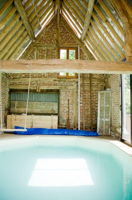 Dans une grange, bien à l'abri de toutes les intempéries, la piscine se pratique en toute saison ! #pool #dccv #swimmingpool #piscine