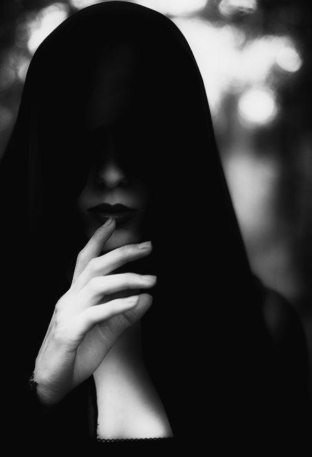 Картинка девушка в черном капюшоне