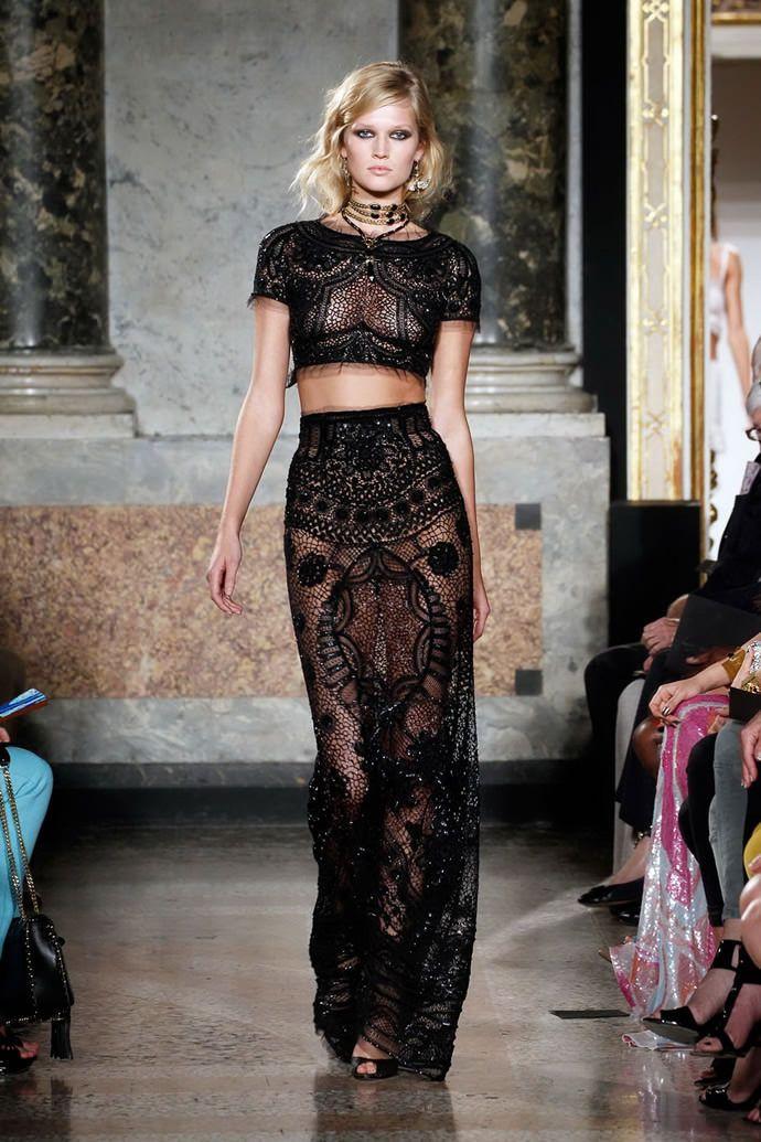 На фото модели демострируют кружевные платья от Emilio Pucci 2012
