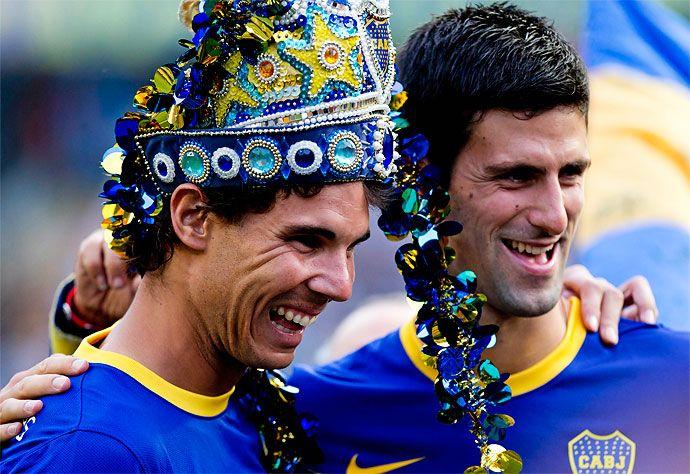 Los tenistas Rafael Nadal y Novak Djokovic, posan con camisetas de Boca Juniors durante un partido en La Bombonera.