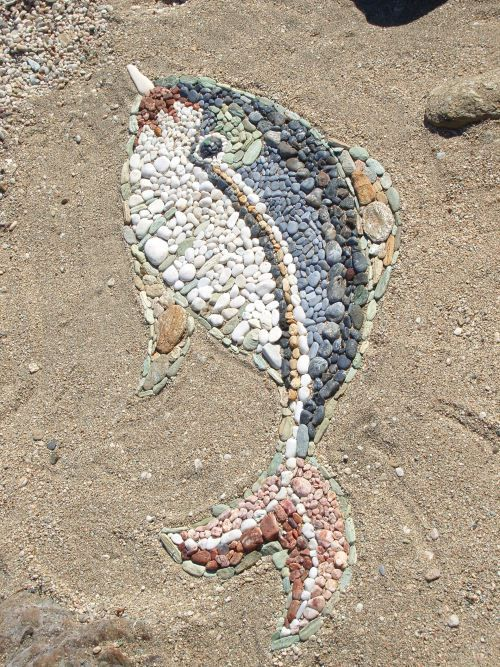 Beach art - fish from beach pebbles @Laura Ryan...I think I just found our summer plans :)